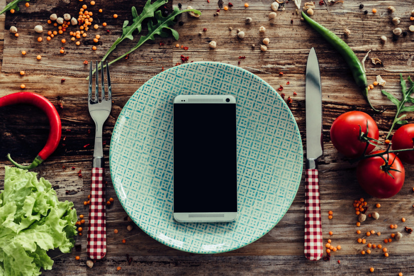 Let's ditch phones at dinner